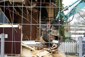 MINNE BLOTT. Nu tuggar sig grävmaskinen igenom Palladium. Rivningen av byggnaden har varit omdiskuterad, men nu jämnas huset slutligen med marken.