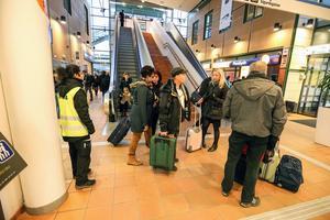 Försenat tåg från Göteborg släppte av några passagerare som ska vidare till Uppsala och Borlänge. Även tåget till Sala som de ska vidare med är försenat.