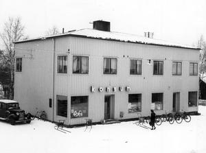 FOTO: STIG ELVÉNHarry Ekholm inledde till en början att sälja korv utanför gamla Konsum på fredagar, lördagar och söndagar. Många ruskade på huvudet, men han kämpade vidare och fick framgång.