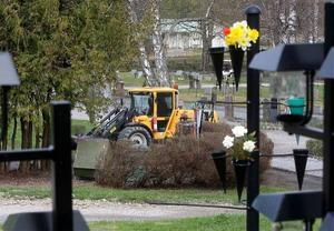 Gudmundrå församling använder maskiner bland annat för att fylla på jord i gravarna men man trycker inte sönder kistorna.