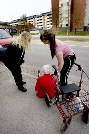 Den gamla kvinnan som rånades i måndags fick hjälp av två förbipasserande.