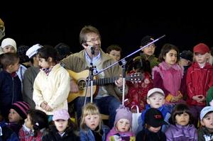 19 maj 2005. Sångaren Håkan Fernquist i högen av barn.