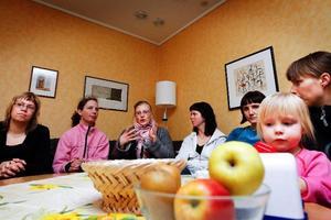 Maria Näsström, Kathrin Lehnhardt, Jessica Heidenbeck, Åsa Åsell, Kristina Wallström och Linda Fridh med dottern Frida Berg, anser att det är uteslutet att köket på Frösödals förskola ska stängas.
