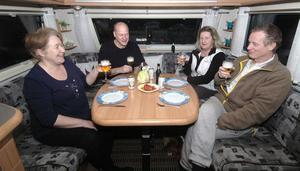 Lasse och Marie Hemgren från Hille har fått besök av sina grannar hemifrån, Susanne och Christerbjörkman. Här sitter de och laddar för middagen som blir makaroner, lax och vitlökssås.