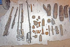 Några av de vapen dykarna hittade i sjön nära Kolsva.