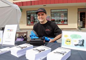 Realitystjärnan Laurentsio Pettersson har skrivit en en bok om hur han lyckades i livet – mot alla odds .  Här säljer han böckerna  under sommarmarknaden i Ockelbo.