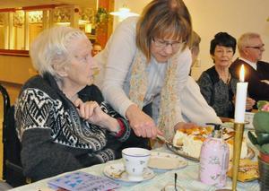 Linnea Bergström firades med tårtkalas då hon fyllde 103 år i tisdags.
