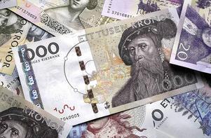 En man har polisanmält någon stulit pengar han sparat och förvarat hemma hos sina föräldrar.