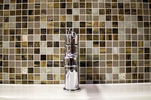 Mosaik. A1237. En mix av beige, grå, vita och guldbitar. 1595 kronor kvadratmetern hos Hemmaplan.