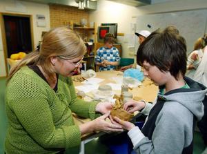 Keramikern Marina Jonsson, från Östersund beundrar den renskål som Tim Oliw från Dvärsätt har gjort.