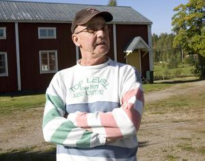 Johan Adolfsson efterlyser bättre samarbete mellan Landstinget Gävleborg och Akademiska i Uppsala när det gäller sjukresor.