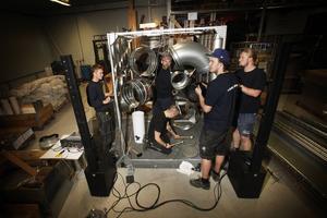 """""""Jag skulle gärna använda instrumentet i en framtida uppsättning"""", säger Petter Berndalen som här spelar på sitt nya instrument tillsammans med Andreas Nyman, Daniel Löfgren, Martin Vallgren och Isak Ackeflo."""