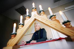 """""""Med LED-lampor i en sån här ljusstake sjunker elförbrukningen till mindre            än en krona för sex veckor"""", konstaterar Örjan Eriksson på energikontoret i Östersund."""