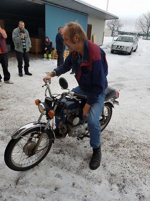 Ken Lindgren tog sig direkt en provtur på den nya mopeden.