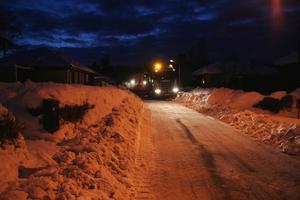 Tack vare skrapning av gatan och bortforsling av massor med snö har vi nu återfått den bredare gatan som hade gömts i snö.