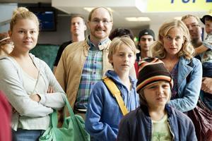 Sune och familjen Andersson åker till Grekland för att fira semester i en film som ofta blir lite väl rörig.