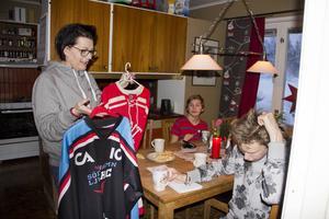 Vilken tröja ska du ha på matchen i kväll, undrar mamma Ulrika.