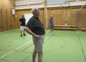 Stilstudie av Valter Stenman i väntan på bollen.