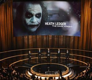 POSTUMT. Heath Ledger blev den blott andre i historien, efter Peter Finch 1976, att vinna en Oscar efter sin död. Priset mottogs av skådespelarens pappa Kim, mamma Sally Bell och syster Kate, som höll ett känslosamt tacktal.