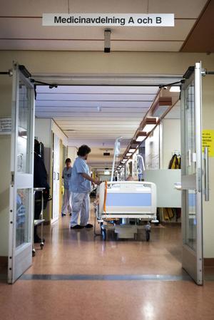 Elva av medicinavdelningens trettiosju vårdplatser stängs i november.