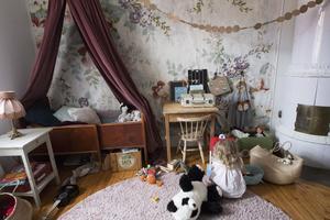 Låt hemmet vara levande – lite stök gör det hemtrevligt. Här sitter storasyster Majken i barnrummet.