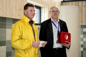 För säkerhets skull. Som gåva vid bassänginvigningen överlämnade Lions president Gunnar Svedlund en hjärtstartare till Alléhallens chef Urban Kapple.