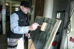 Målarmästaren och förgyllaren Johan Monsen med verkstad i Borlänge visade prov på marmorering.