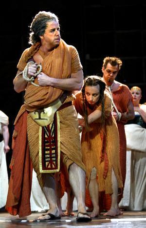 Hög kvalitet. Den ene av de två aktörerna som visar världklass i Aïda är norrmannen Ole Jörgen Kristianssen (Amneris), men hans hela tillfångatagna folk åskådliggörs av tre personer. Foto: PETTER KOUBEK
