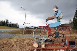 Den populära cykelgubben, designad och byggd av Hans-Olof Nylén i Tossberg, Mattmar, hälsar gästerna välkomna till Edsåsdalen och är ett exempel på kreativiteten i byn under Konstens vecka.