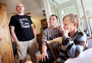 """""""Det är tråkigt att vi inte kan hoppa, säger Anton Segebranth, till höger i bild.Han är en av grannbarnen som brukar låna familjen Berglin/Dahls studsmatta.Med på bilden, till vänster Erling Dahl och Torbjörn Isaksson."""