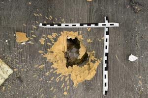 Kratern efter handgranaten var stor som en knytnäve.