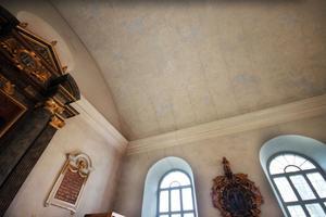 Karbennings kyrka, Karbenning, är i behov av renovering, exempelvis är det sprickor i taket. Västerås stift skjuter till 900 000 kronor för detta ändamål.
