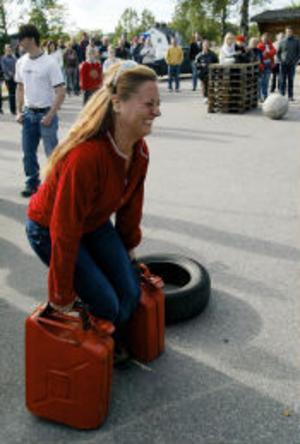 Sandra Brodén, Sundsvall, testade att lyfta de 85 kilo tunga farmartankarna - men rubbade dem inte.