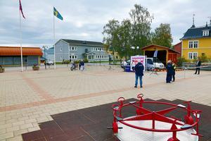 Det fanns gott om plats på torget i Sveg när SD och Björn Söder kom på besök. Runt 35-40 nyfikna åhörare och över 20-talet poliser.