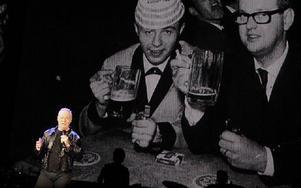 Jerry framför storbildsprojektorn som spelade en stor roll i showen. Foto: Jonas Stentäpp