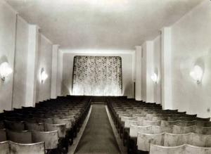 """Royal var inte så stort och i folkmun kallades biografen för Alsenbussen. I minsta laget blev den exempelvis 1966 när Royal hade premiären på Beatlesfilmen """"Help""""."""