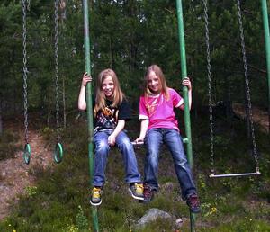 Hänga och slappa. Tvillingarana Emma och Jenny Andersson har åkt till kollot för att lata sig och hänga i gungställningen.