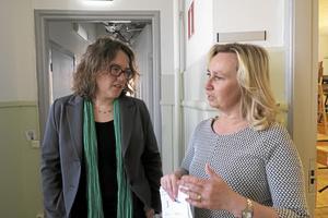 Skoldiskussion. Riksdagsledamoten Camilla Hansén diskuterade skolarbete för nyanlända med läraren Marina Tålsgård.Foto: Katarina Hanslep