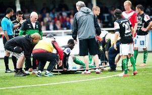 Etuwe Prince Eboagwu skadade högerbenet i Brages segermatch, 2–1, mot Assyriska den 28 juli 2012. Det blev hans sista match i Brage-tröjan. Foto: Maria Hansson