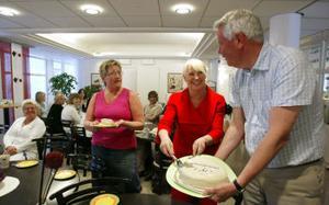 Bolagsverket i Sundsvall firade i går 1 år som egen myndighet. Handläggaren Annika Ström bjuds på tårta av funktionschefen Charlotte Lindgren och generaldirektör HG Wessberg.