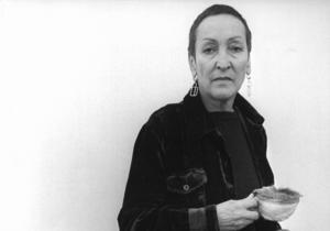 Konstnären Meret Oppenheim 1975. Mjellby konstmuseum visar hennes surrealistiska verk fram till den 25 september.