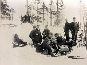 En bild från 1900-talets början: sillfrukost i skogen.