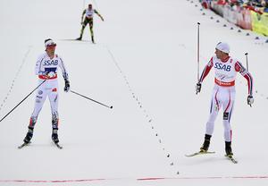 Norges Petter Northug (th) vinner sista sträckan före Sveriges Calle Halfvarsson under herrarnas stafett 4x10 km vid skid-VM i Falun 2015.