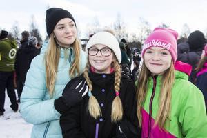 Nellie Dahlin, Nova Dahlin och Moa Dahlin tog emot tomtarna på idrottsfältet.
