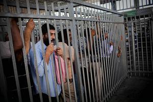 """Övergången Kalandia – som kallas """"slakthuset"""" av människorna på Västbanken – till Jerusalem."""