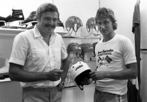 Produktchef Lennart Skördåker och NHL-proffset Wayne Gretzky på Jofa 1980, Gretzkys enda besök i Malung.