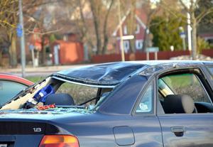 De flesta bilar klarade sig helt utan skador, några fick smärre skador och den på bilden taket tillplattat samt rutor smashade.