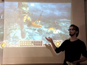 Max Wijkstranius presenterar ett av de spel som han varit med och utvecklat.