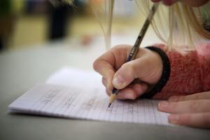 Skribenternas dotter går bara enstaka dagar i skola.