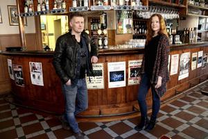 Regina och Lennart Vallanger tog över anrika CC-puben förra året. Senaste veckan har varit rejält tuff med både väpnat rån och en brand.